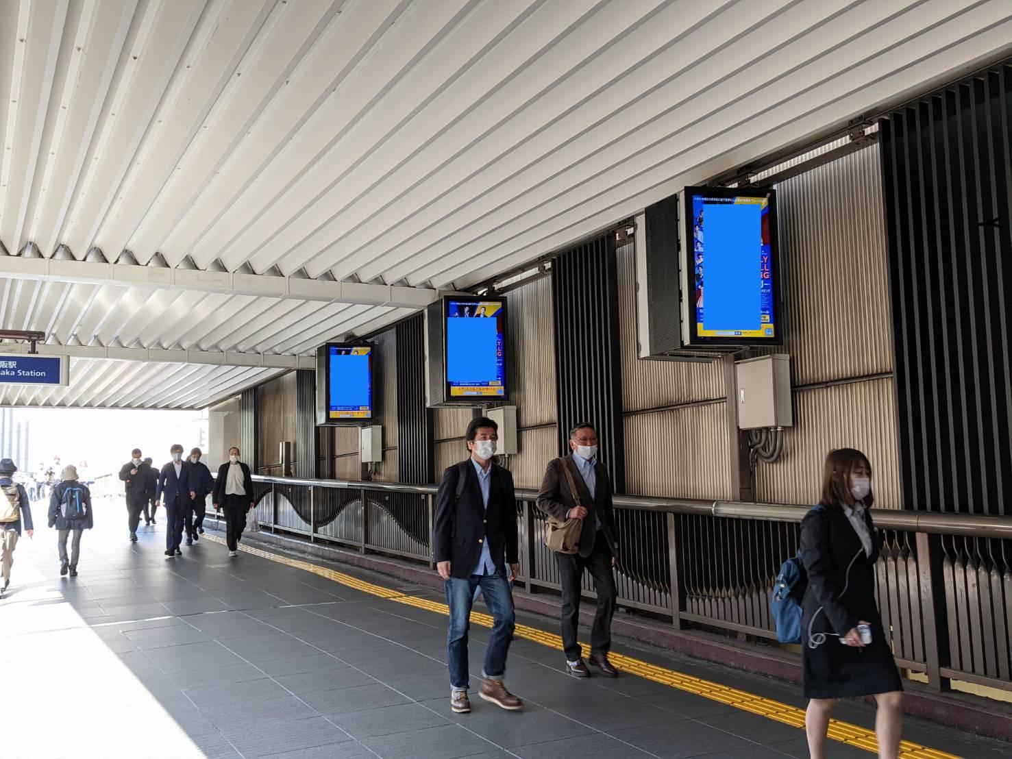 阪急梅田駅2階コンコースデジタルサイネージ